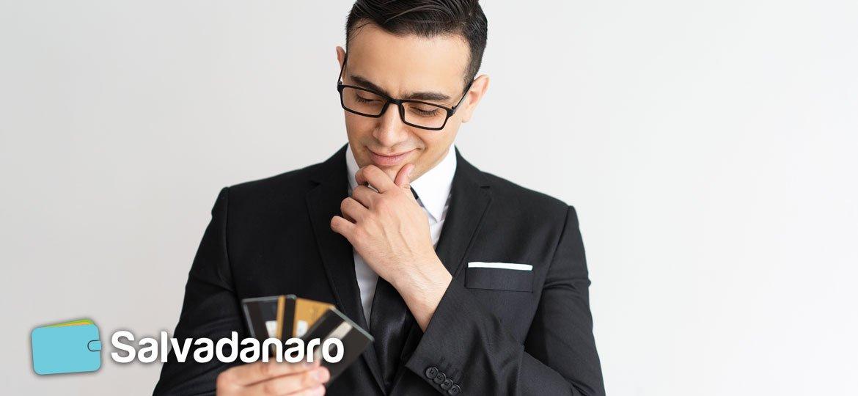 Uomo con le 3 migliori carte di credito a saldo in mano